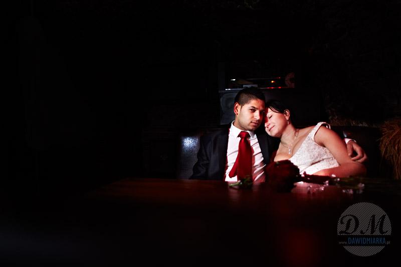 Przytulanie się na plenerze ślubnym