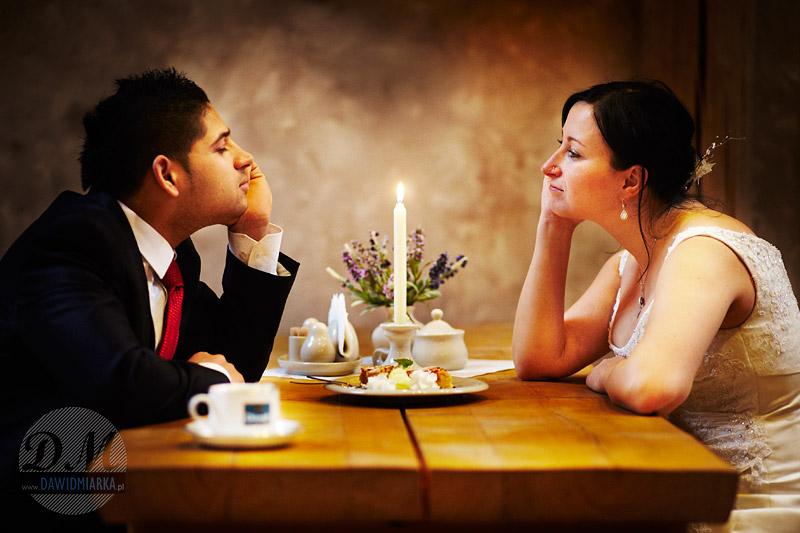 Zdjęcia ślubne podczas posiłku przy świecach