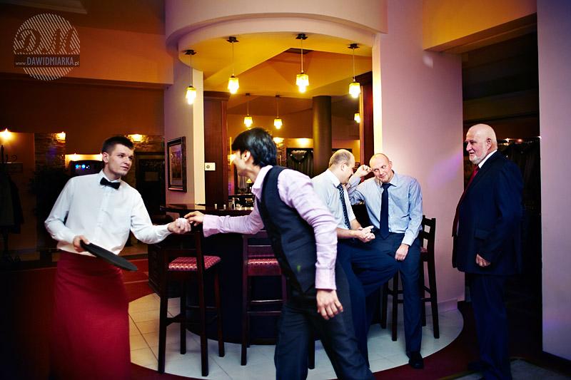Fotografia z wesela w Kętach: goście podczas rozmowy