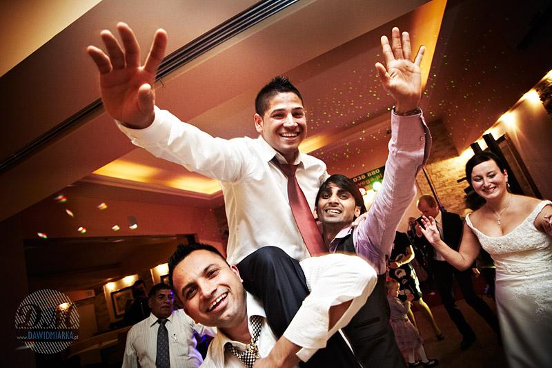 Zdjęcie z wesela tańczącego Młodego Pana z rodzeństwem