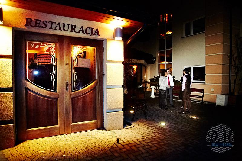 Zdjęcia ślubne na zewnątrz restauracji w Kętach