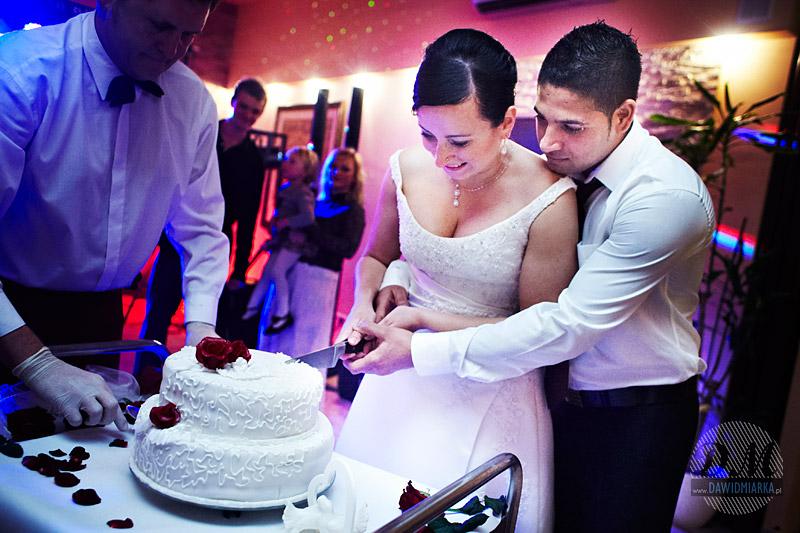 Fotografia artystyczna z krojenia tortu weselnego