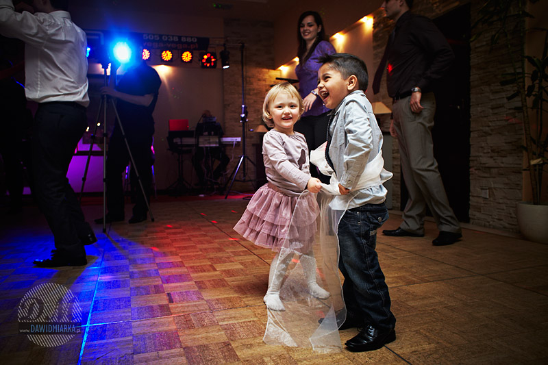 Zdjęcie dzieci tańczących razem podczas wesela Katowice