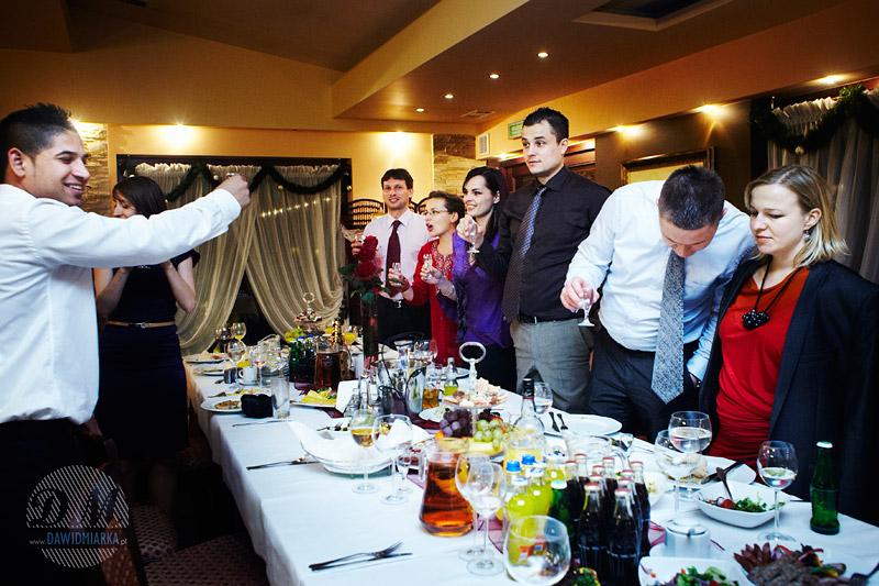 Goście wznoszący toasty za szczęście Nowożeńców