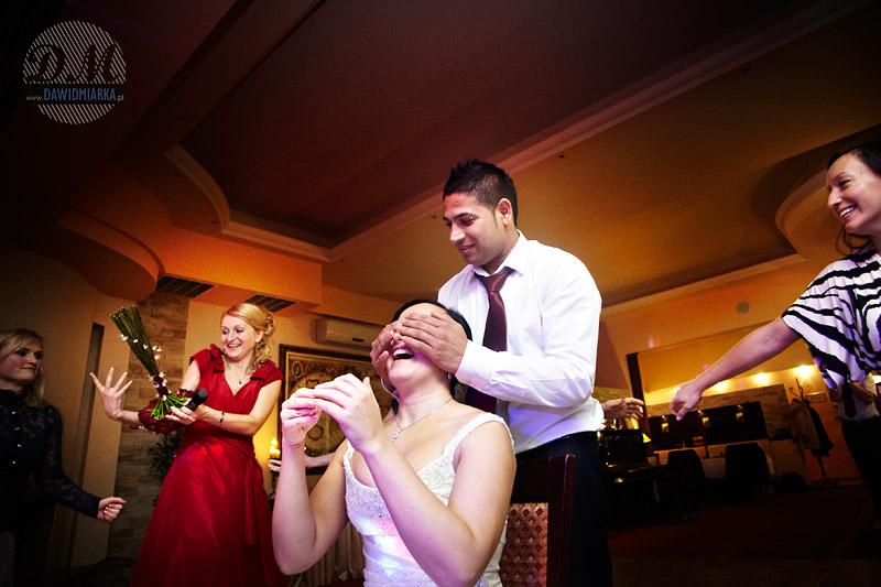 Fotografia z wesela podczas rzucania bukietem ślubnym