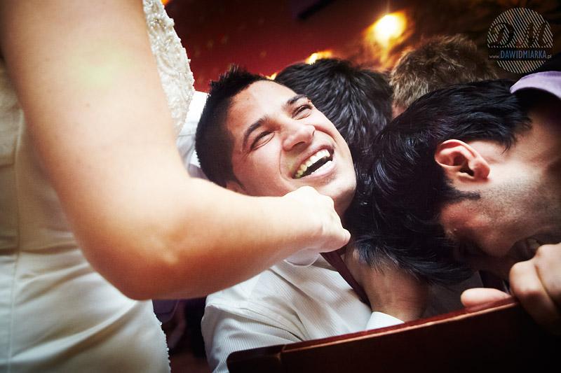 Fotografia z wesela podczas rzucania krawatem